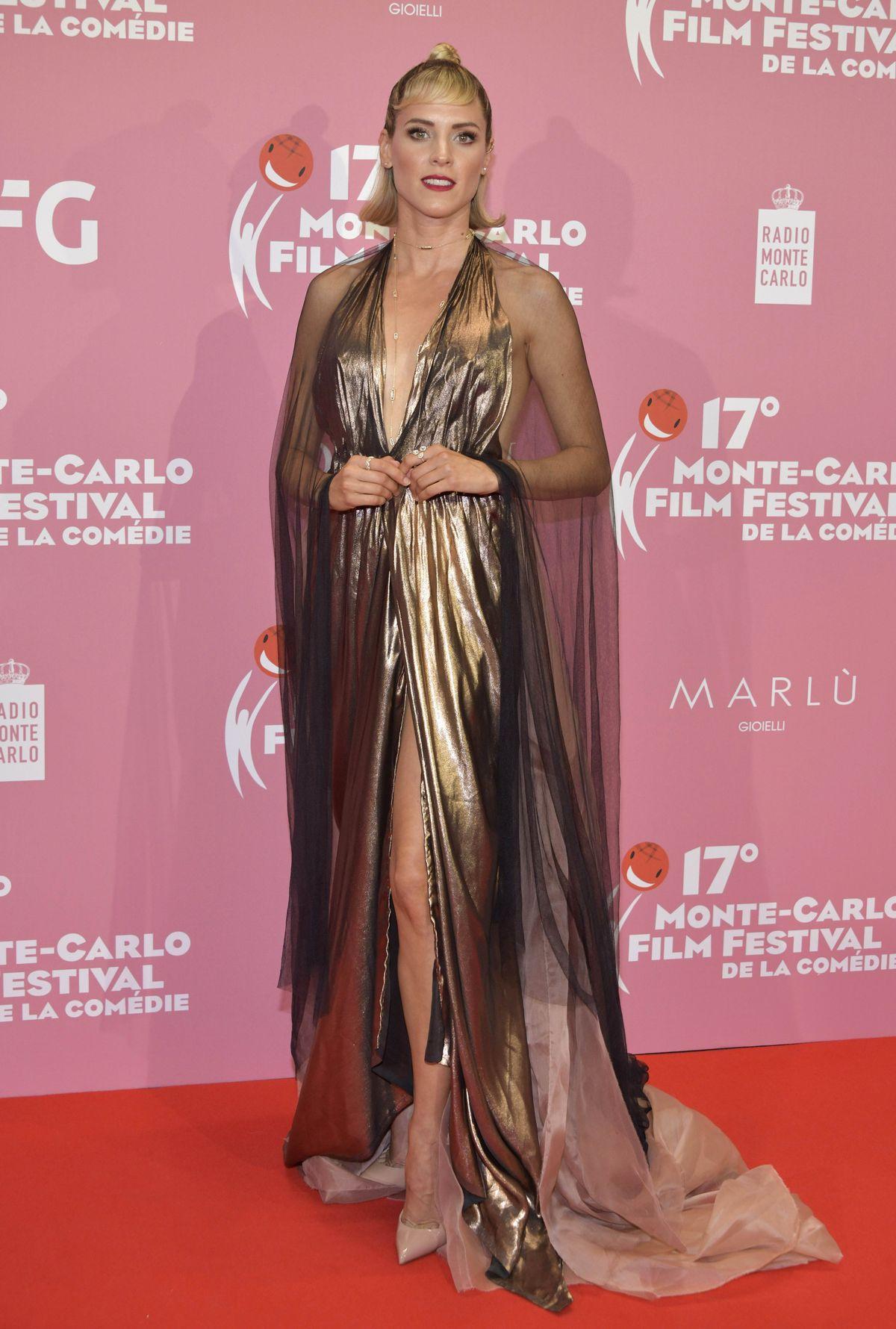 Maggie Civantos trägt Aelis Couture