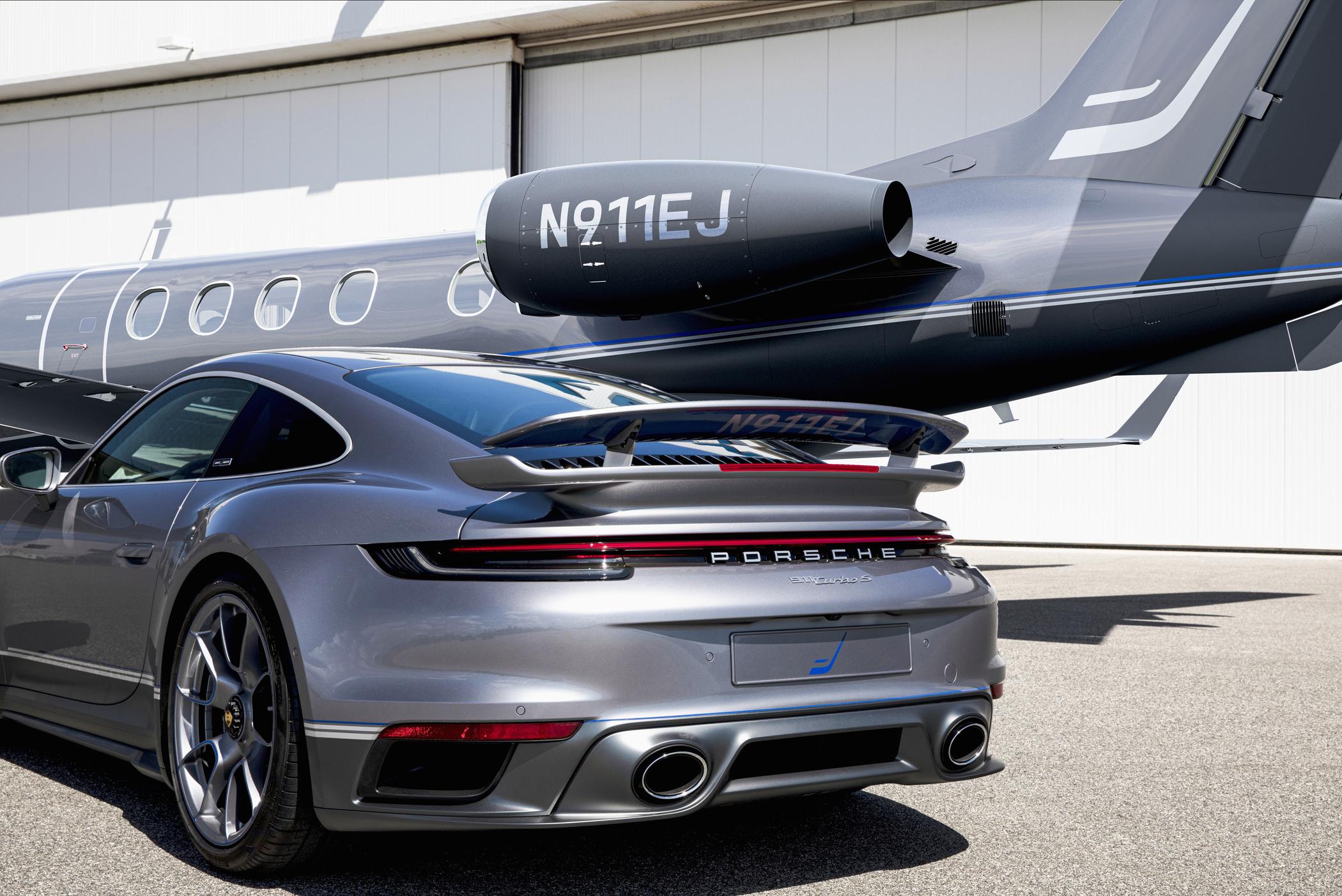 Porsche 911 Turbo S Duet und Embraer Phenom 300E Duet