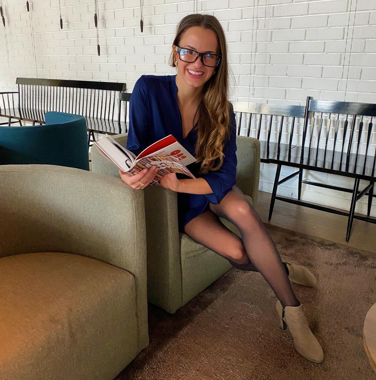Model Minela Fisic trägt die Spionagebrille im Agentenstyle