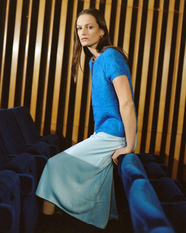 Kurzärmelige Pullover zählen zu den absoluten Trend-Favoriten dieser Saison. Der Pullover Celine hat mit seinem reduzierten Design dabei das Zeug zu einem Basic-Klassiker. Er wird ganz einfach glatt rechts gestrickt. Vorder- und Rückteil sowie die Ärmel werden über eine Raglanpasse miteinander verbunden.