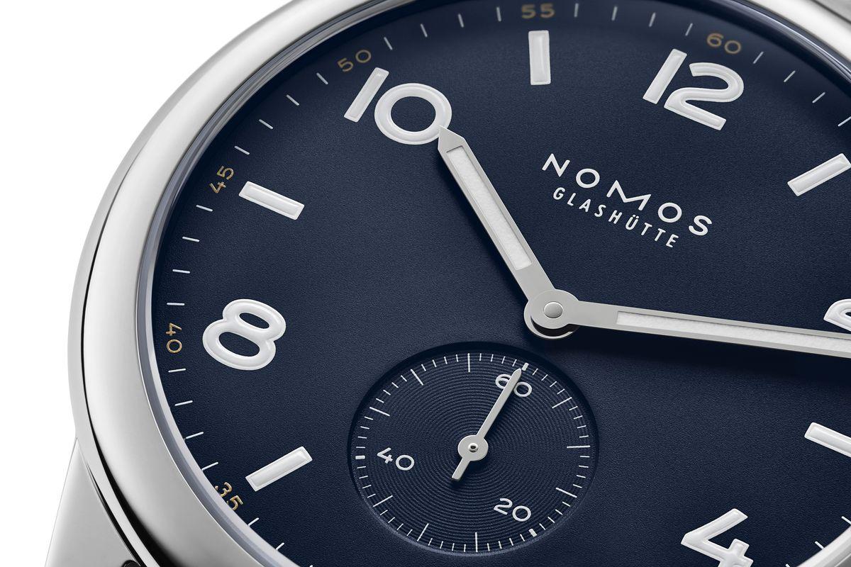Nach 175 Jahren Uhrmacherkunst in Glashütte macht Nomos mal blau: Hier mit der neuen Version von Club Automat in Navy.