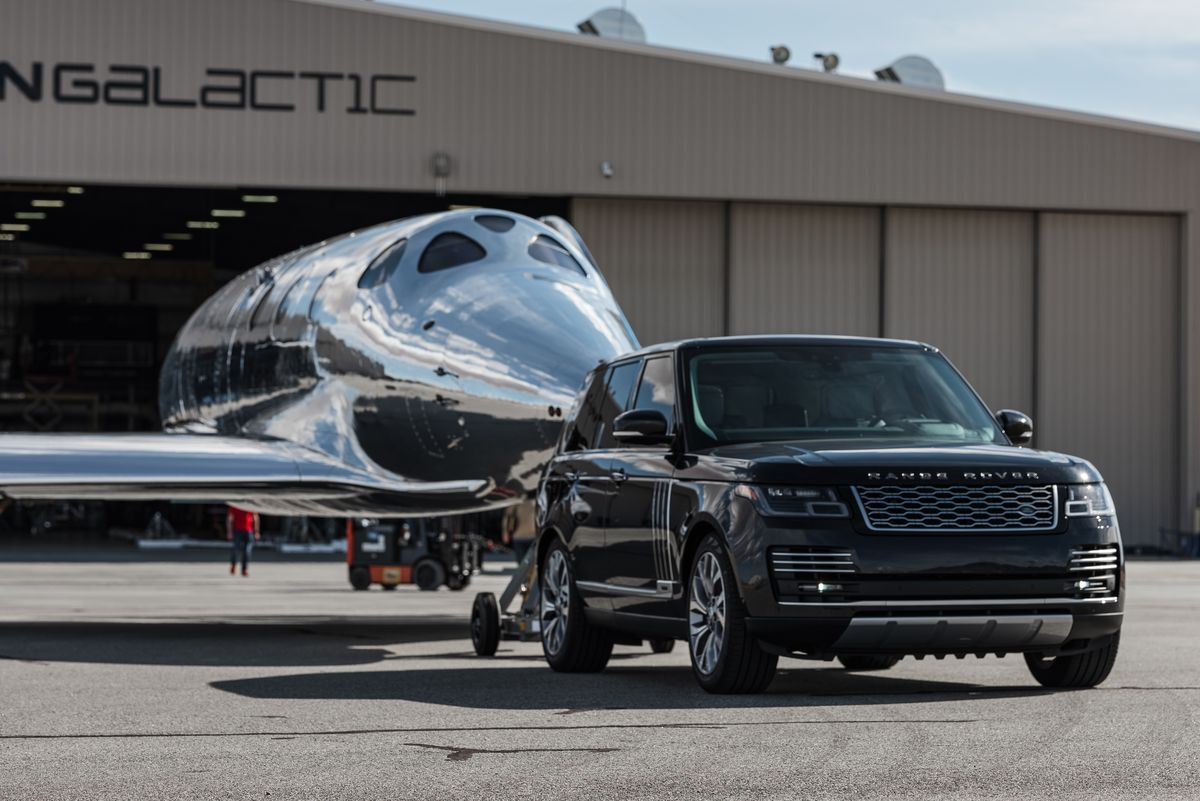 "Range Rover ""Astronaut Edition"" zieht Virgin Galactic-Spaceship VSS Imagine aus dem Hangar"
