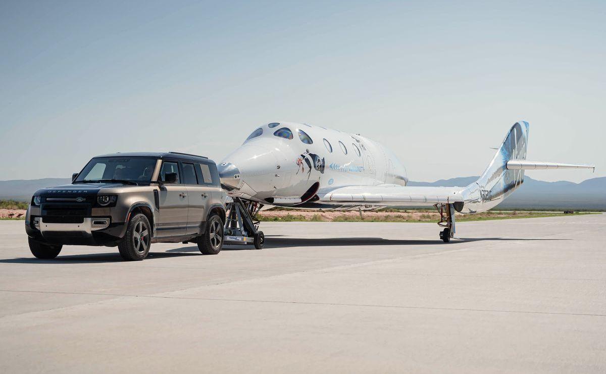 """Ein Land Rover Defender 110 zieht das Raumflugzeug """"Unity"""" von Virgin Galactic zur Ausgangsposition."""
