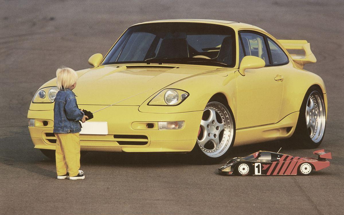 Marc Philipp Gemballa als Kind vor einem Auto seines Vaters.