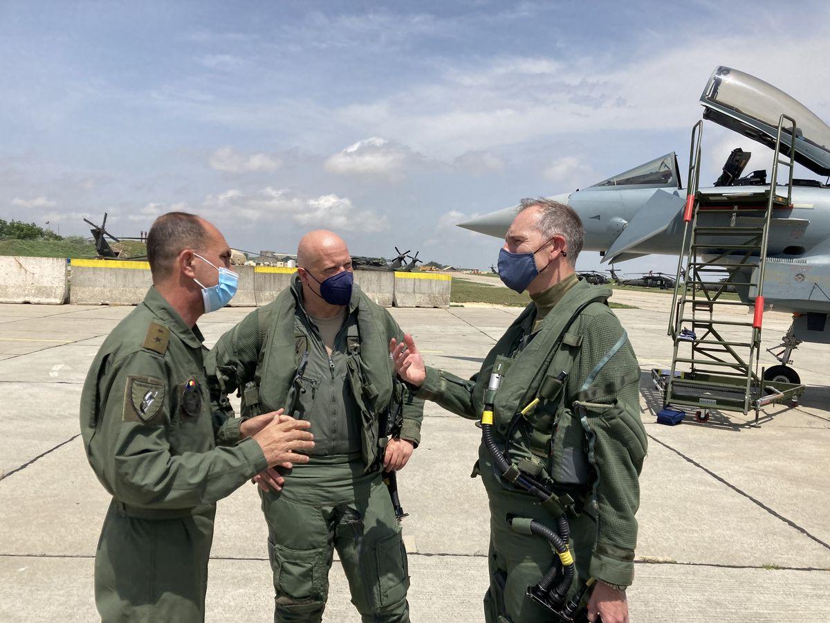 Generalmajor Viorel Pana, Chef der Rumänischen Luftwaffe, Generalleutnant Ingo Gerhartz und Air Marshall Gerry Mayhew auf dem Rollfeld des Flughafens von Constanta