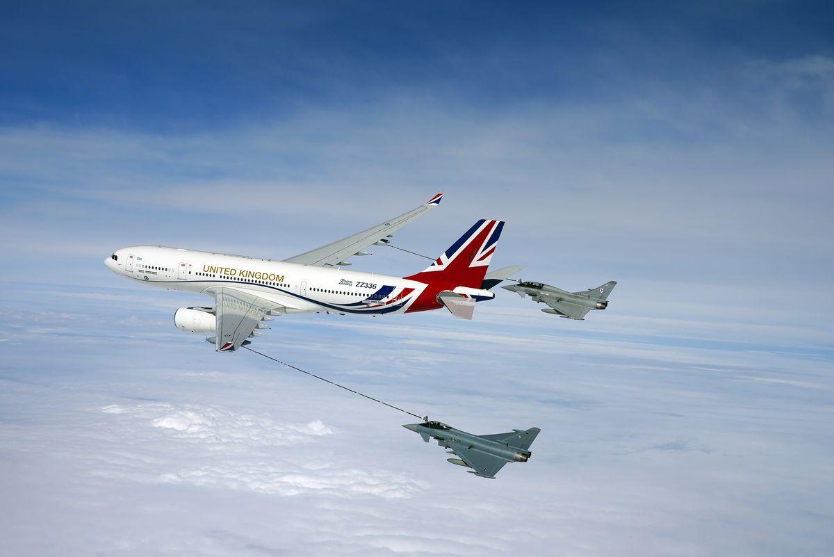 """""""Royal Airforce One"""" betankt je einen Luftwaffen- und Royal-Air-Force-Eurofighter Typhoon auf dem Weg nach Constanta"""