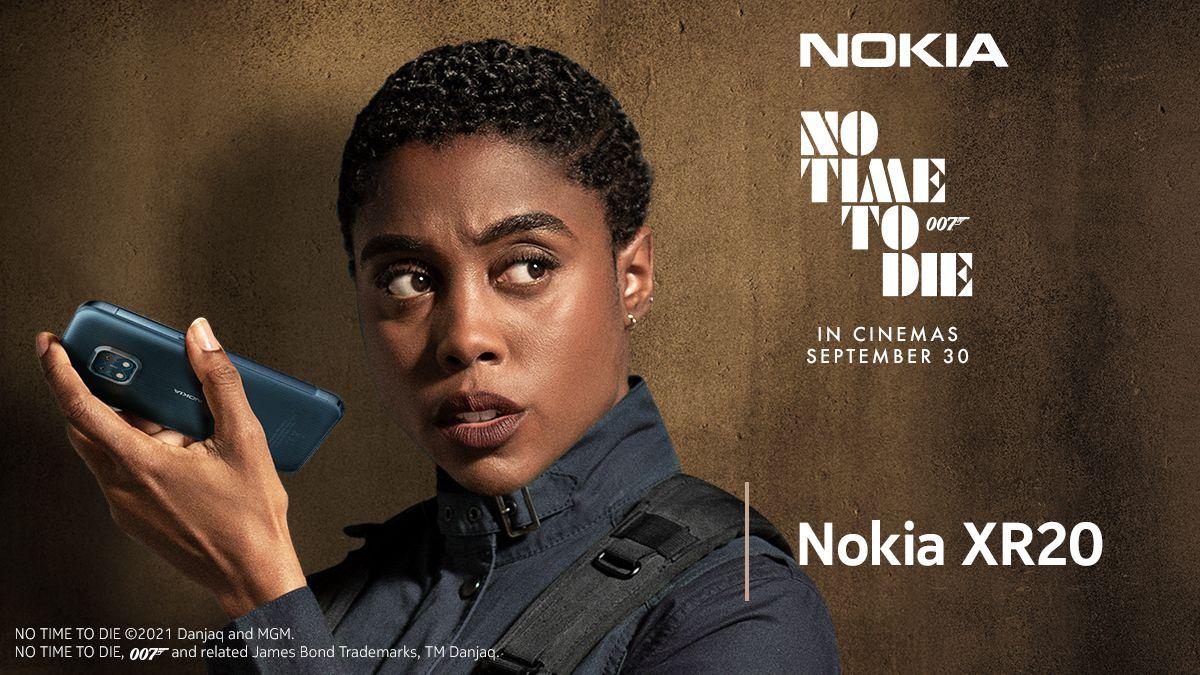 Schauspielerin Lashana Lynch mit dem Nokia XR20