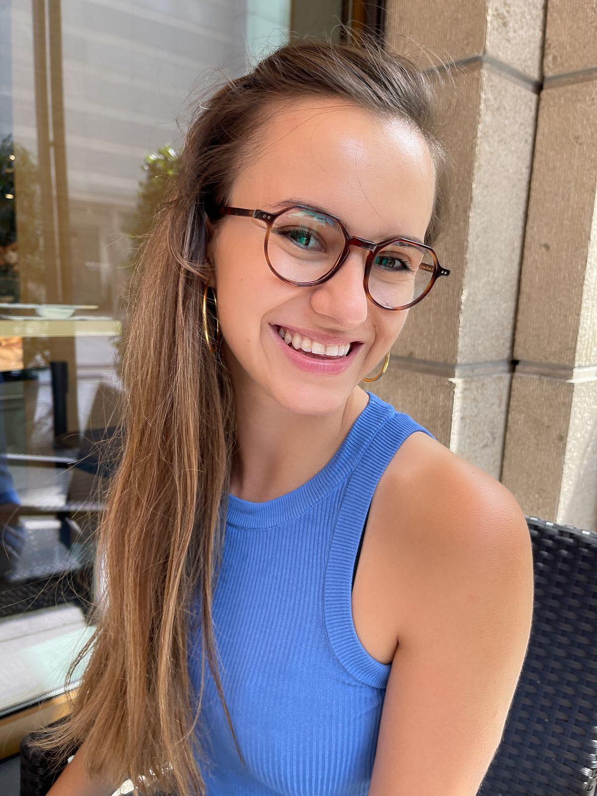 Model Minela Fisic trägt Lunor-Brillen zur Probe